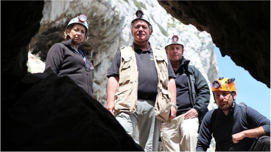 Финлейсон и его коллеги в пещере Горама