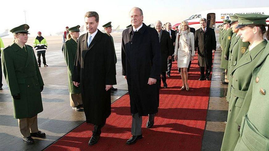 Хуан Карлос во время визита в Германию в 2006 году, когда его подруга была частью свиты ( на фото в светлом костюме)