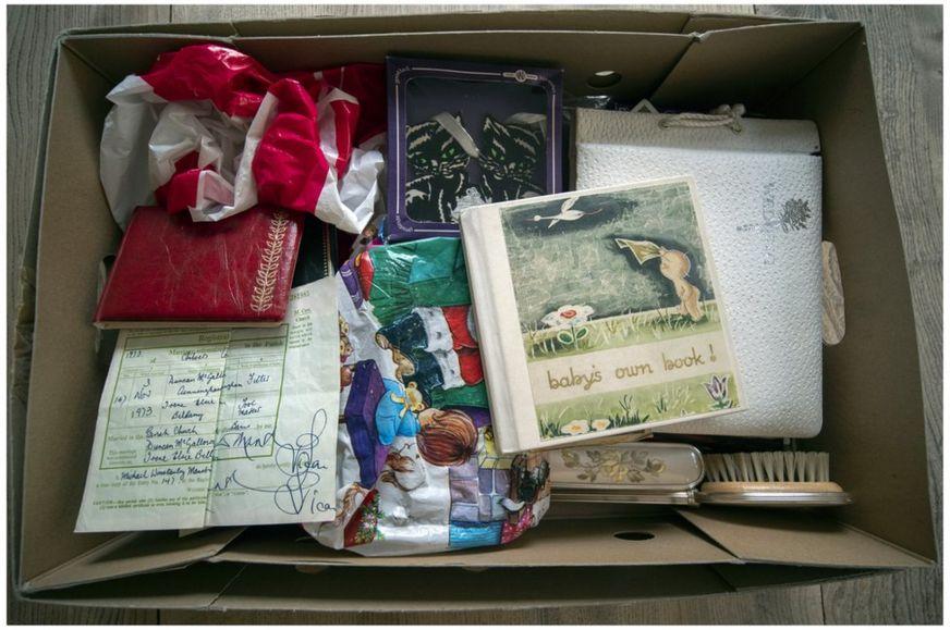 La caja en la que Iain encontró las pertenencias de su madres.