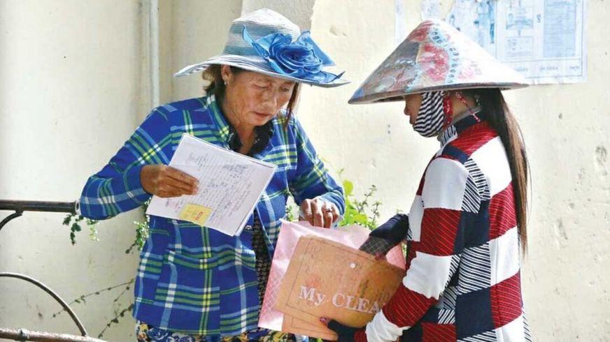 Hai phụ nữ gốc Việt chuẩn bị giấy tờ khi chính quyền địa phương bắt đầu chiến dịch rà soát người nhập cư hôm 27/11.