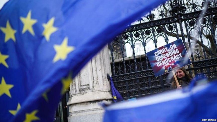 Penunjuk anti-Brexit di luar Parlimen