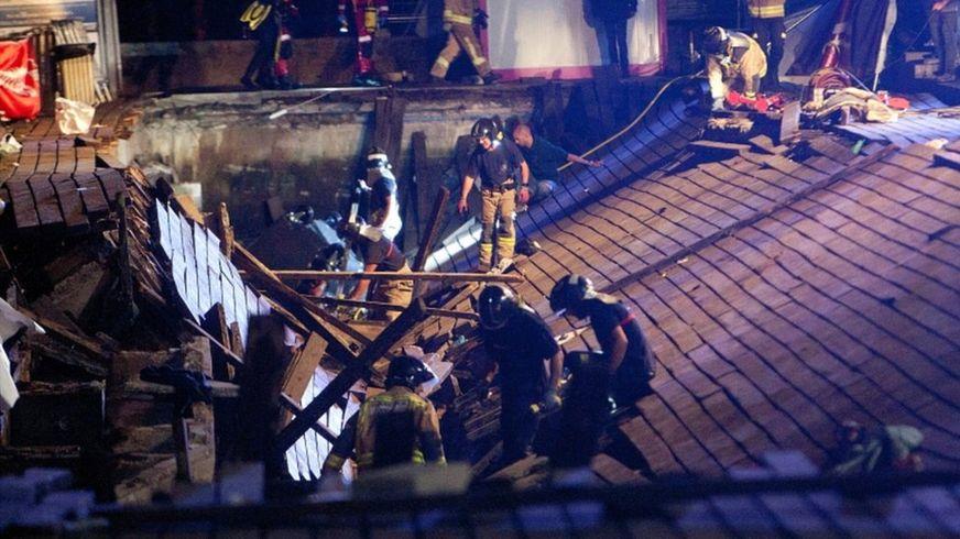 Varios bomberos buscan víctimas después de que varias docenas de personas cayeron al mar cuando se derrumbó una pasarela de madera durante un concierto en Vigo, noroeste de España, en 12 August 2018