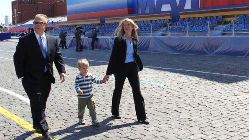 Даг Херли с супругой Карен Найберг и сыном в Москве