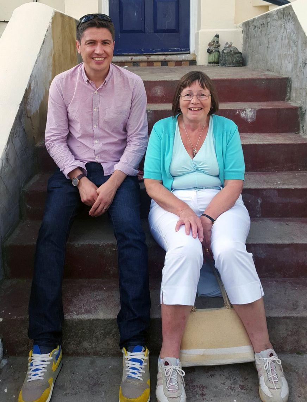 Iain con la mejor amiga de su madre, Lynn.