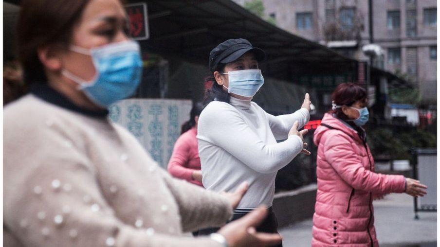 Một nhóm phụ nữ đeo khẩu trang tập dưỡng sinh tại Vũ Hán hôm 27/1