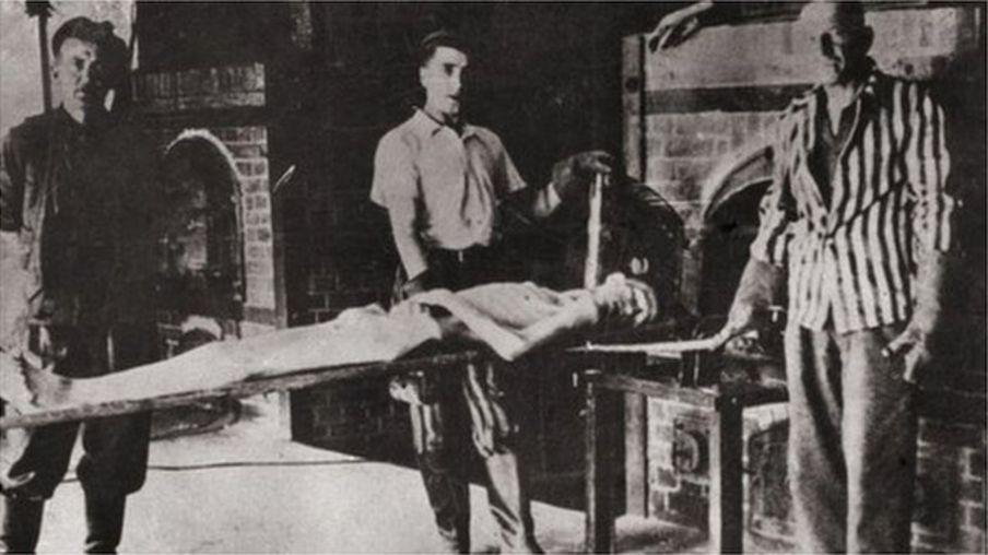 奥斯威辛集中营解放后,苏联军队让幸存的囚犯特遣队员重演尸体火化场景