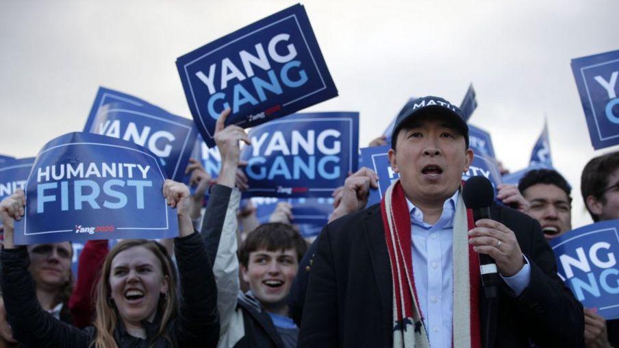 楊安澤在首都華盛頓的地標林肯紀念堂前舉行拉票集會