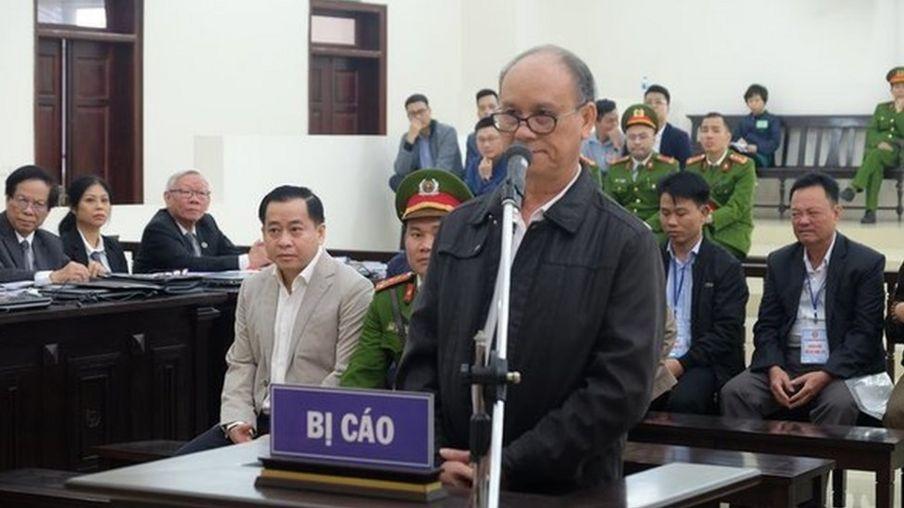 Cựu Chủ tịch Đà Nẵng Trần Văn Minh và ông Phan Văn Anh Vũ trong phiên tòa sáng 7/1