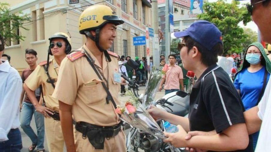Người dân tặng hoa cho lực lượng cảnh sát giao thông trong cuộc biểu tình Formosa 5/2016 tại khu vực chợ Bến Thành, TP HCM