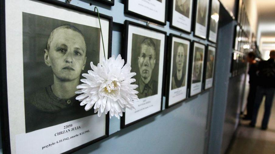 在波兰克拉科夫展出的在奥斯威辛集中营遇难者的照片
