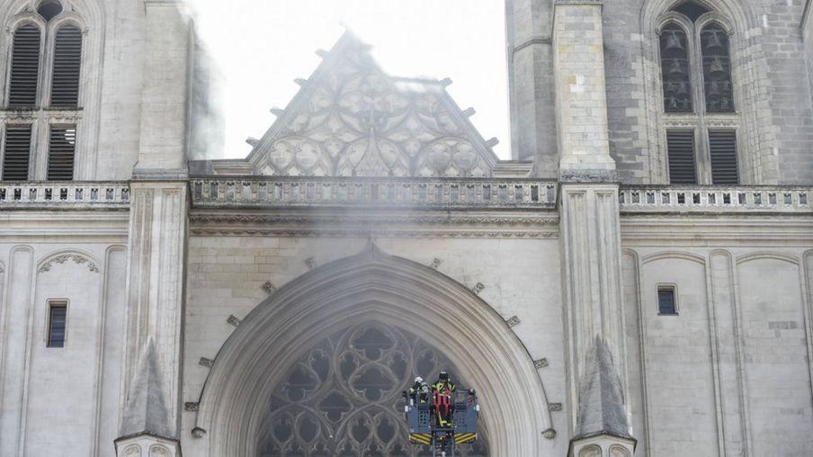 التحقيق مع لاجئ رواندي بعد حريق كاتدرائية نانت