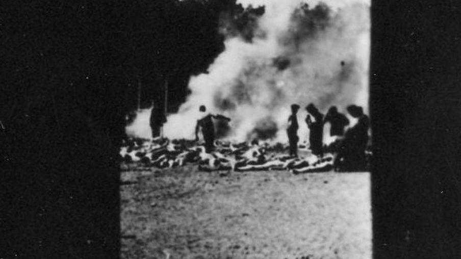 犹太大屠杀受害者的尸体在露天焚尸坑火化