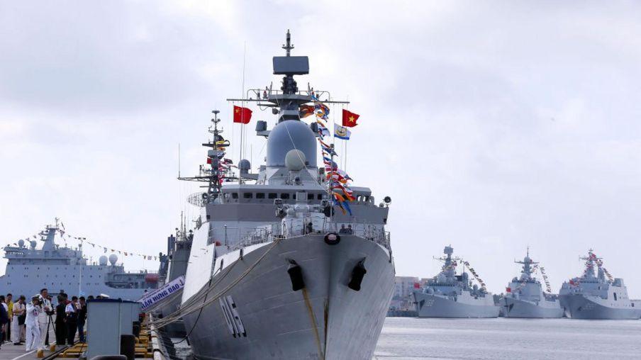 Hải quân Việt Nam và hải quân Trung Quốc tại một cảng quân sự của Trung Quốc năm 2018