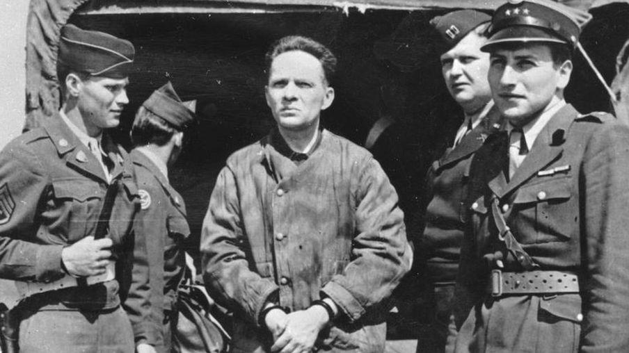 奥斯威辛集中营另一名纳粹军官,鲁道夫·豪斯(Rudolf Hoss)战后被捕,1947年上了绞刑台。图为他被押解到德国纽伦堡