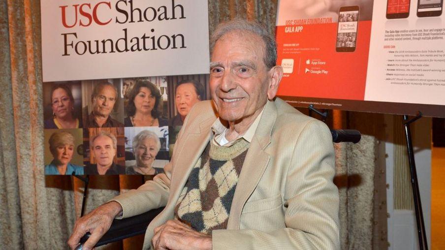 图为2018年11月他在美国南加州大学犹太大屠杀基金会(USC Shoah Foundation)讲话。
