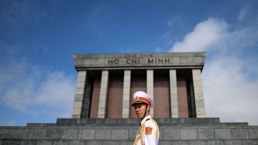 Việt Nam hiện nay nói chỉ chủ nghĩa Mác - Lênin, tư tưởng Hồ Chí Minh làm nền tảng tư tưởng, kim chỉ nam cho hoạt động của Đảng