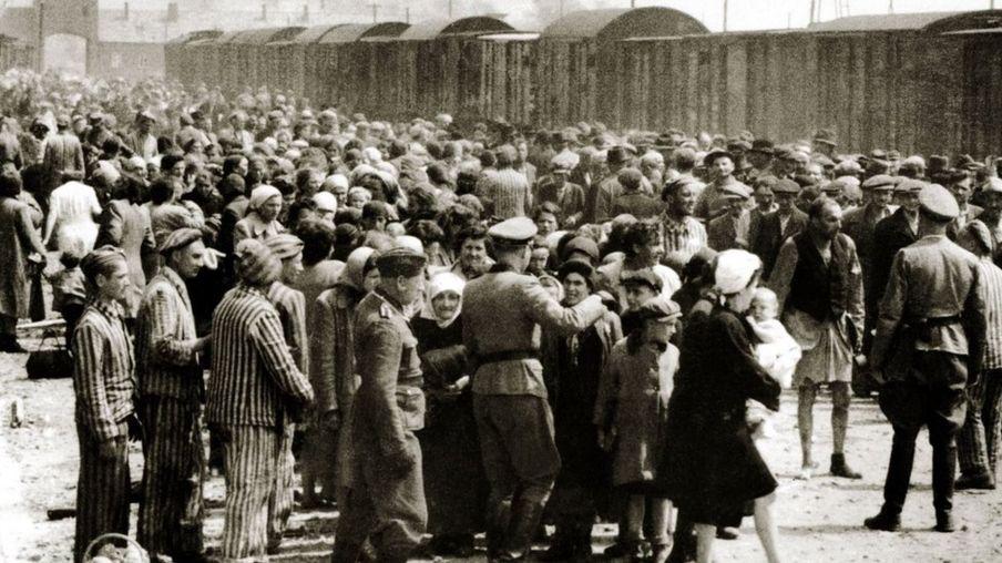 一车一车的犹太人被运到奥斯维辛