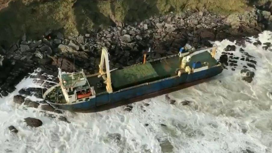 """العاصفة دينيس تقود """"السفينة الشبح"""" المفقودة منذ أكثر من عام إلى سواحل أيرلندا"""