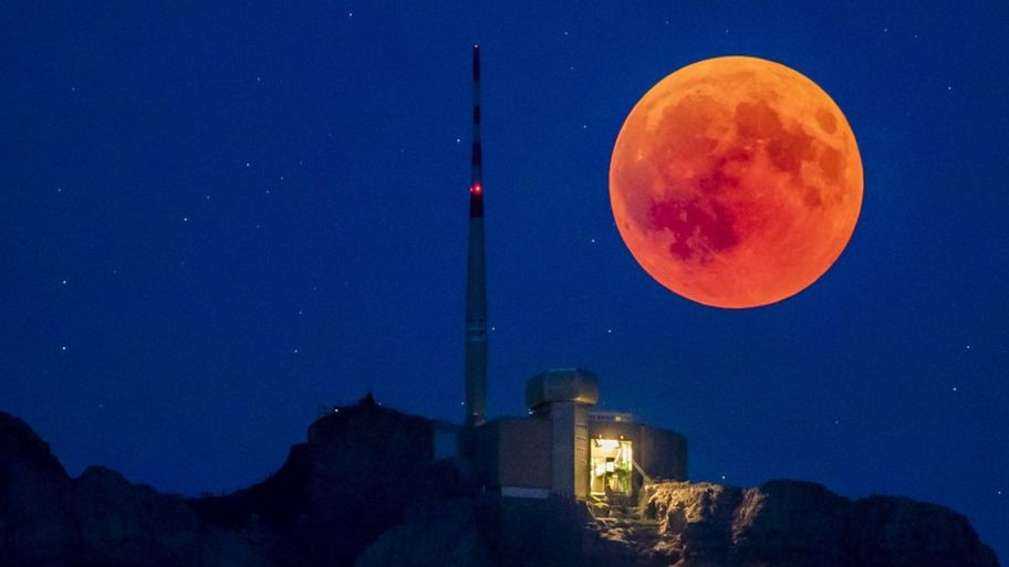 what is a super blood moon cbbc newsround