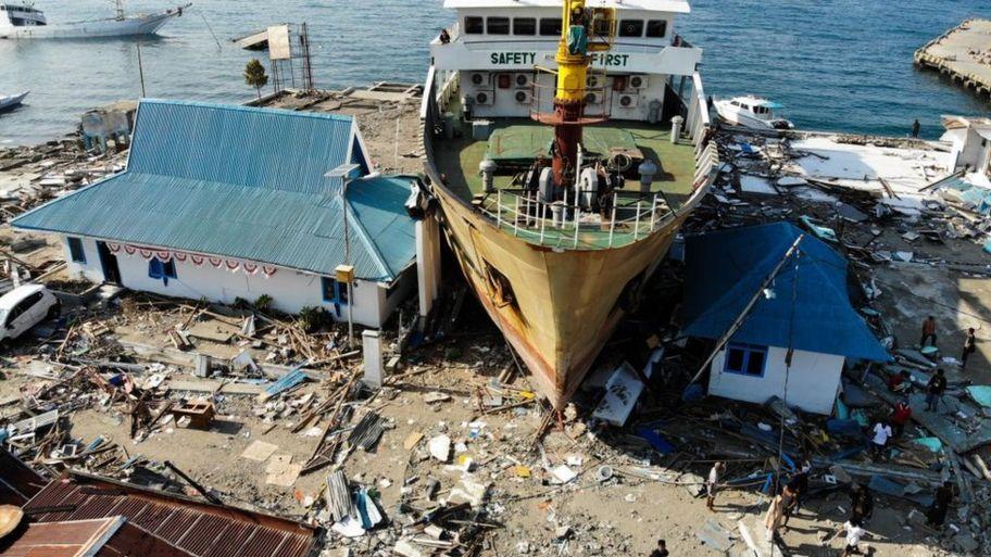 Indonesia earthquake and tsunami: RAF bring in UK aid - CBBC Newsround