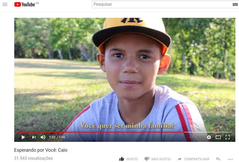 Imagem mostra Caio, de 13 anos, em vídeo no YouTube