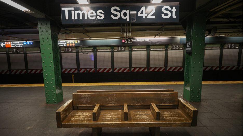 Tàu điện ngầm vắng không một bóng người ở New York