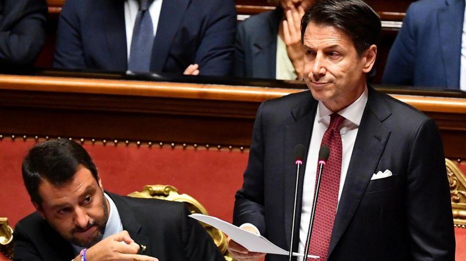 جوزپه کونته (راست) در حالی از ماتئو سالوینی انتقاد میکرد که آقای سالوینی کنارش نشسته بود