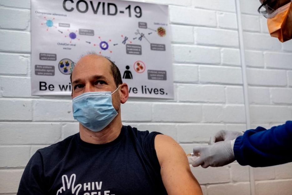 Una persona siendo vacuna