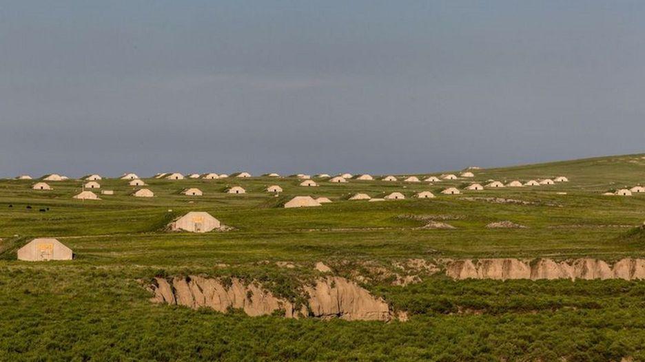 terreno enorme com entradas de bunkers