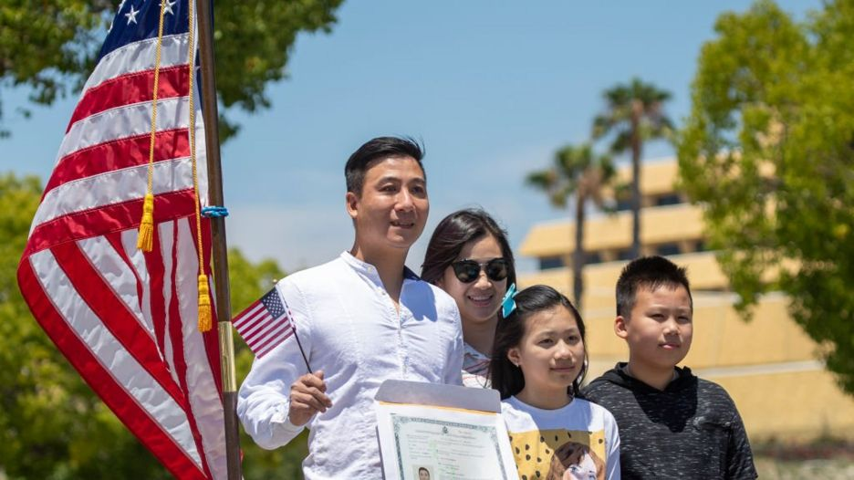 Một gia đình gốc Việt trong lễ tuyên thệ để trở thành công dân Mỹ