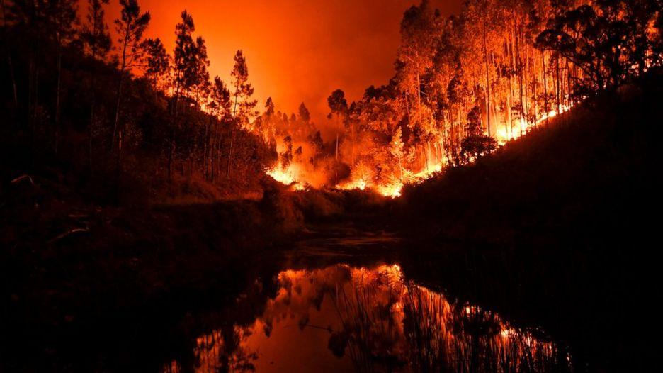 Las intensas llamas quedan reflejadas en una cañada en Penela, cerca de Coimbra Coimbra, el 18 de junio de 2017.