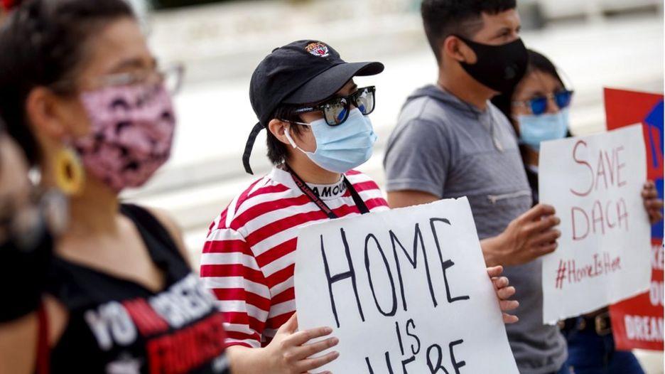 Người biểu tình bên ngoài Tòa án Tối cao Hoa Kỳ tại Washington DC trước phán quyết hôm thứ Năm