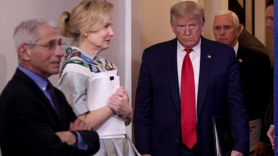 Tổng thống Donald Trump, theo sau là Phó Tổng thống Mike Pence, tại một buổi họp tại Brady Press Briefing Room, Nhà Trắng, hôm 9/4.