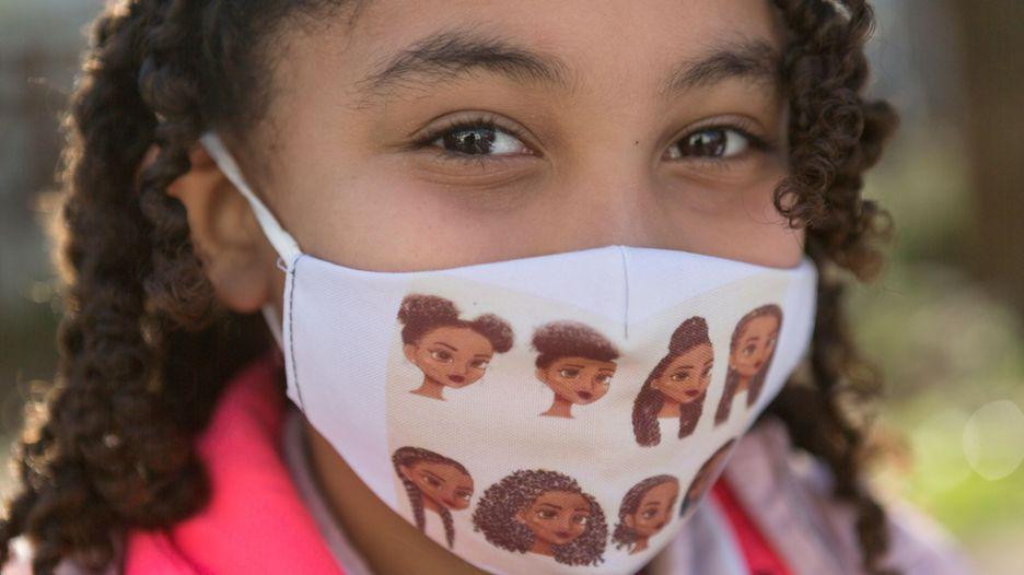 Escolar uruguaya con mascarilla