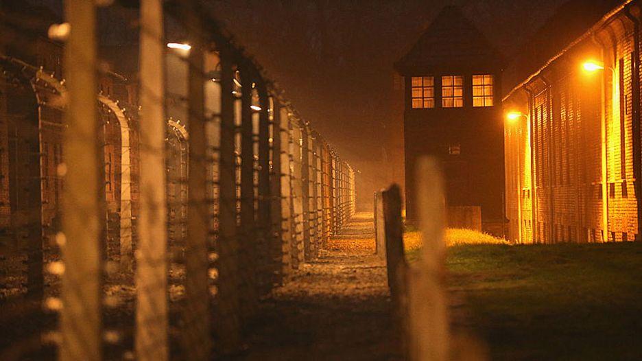 Cerca do perímetro do campo de extermínio de Auschwitz