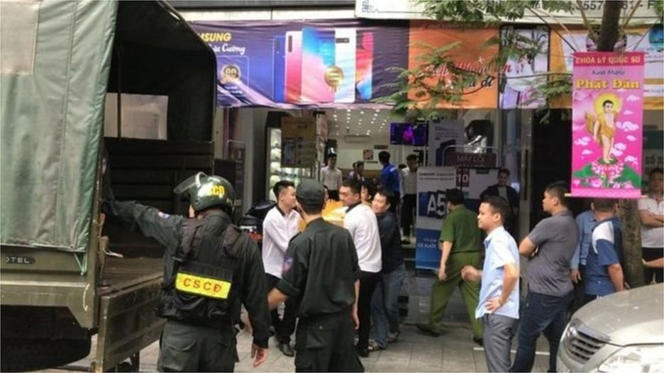 Cảnh sát tiến hành khám sát một trong các cửa hàng của hãng
