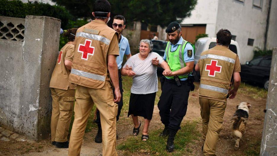 Decenas de residentes fueron evacuados de sus hogares en Torgal, Castanheira de Pera, el 18 de junio 2017.