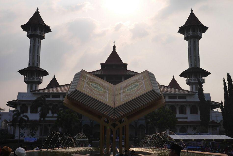 Tugu Alquran dengan latar Masjid Agung Cianjur