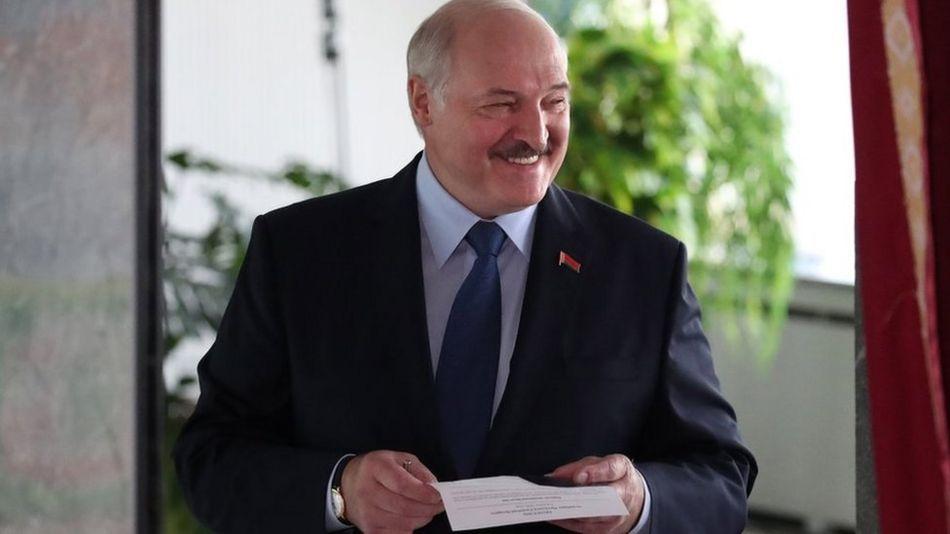 Президент Беларуси Александр Лукашенко голосует во время президентских выборов на избирательном участке в Минске, Беларусь, 9 августа 2020 года.