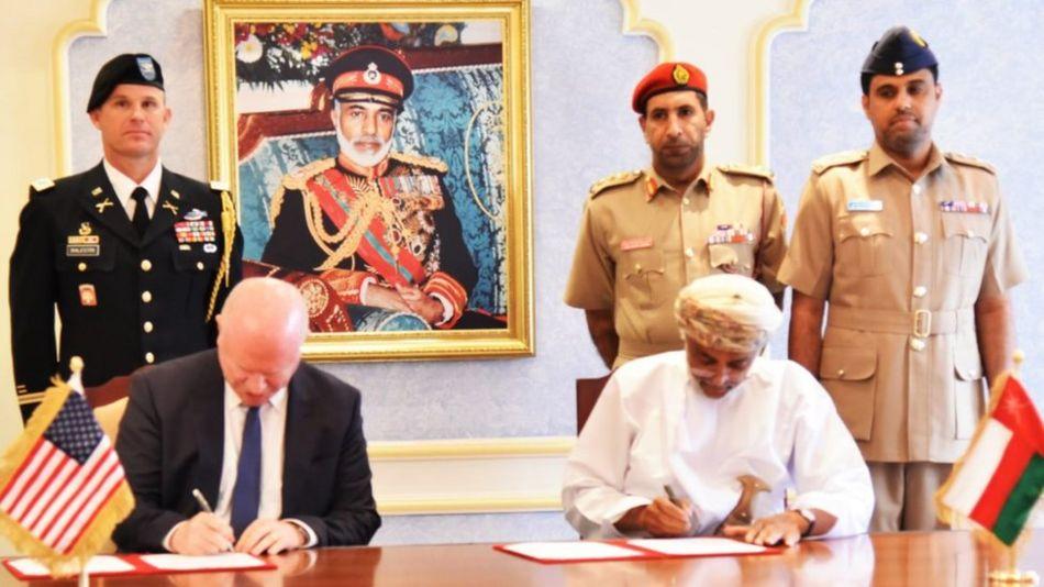 سفیر آمریکا در عمان و دبیرکل وزارت دفاع عمان در حال امضای قرارداد