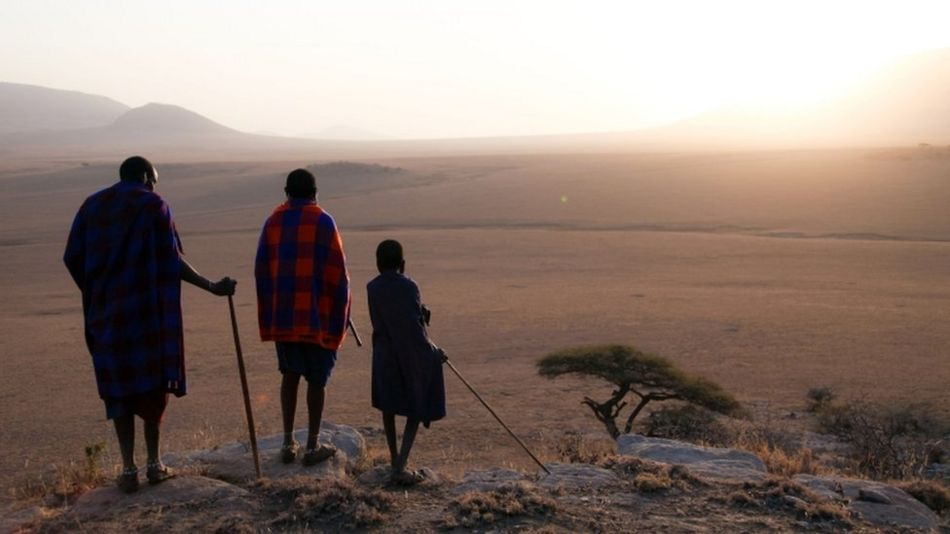 Mfugaji Parakapooni na ndugu yake na mwanawe Serengeti, Tanzania.