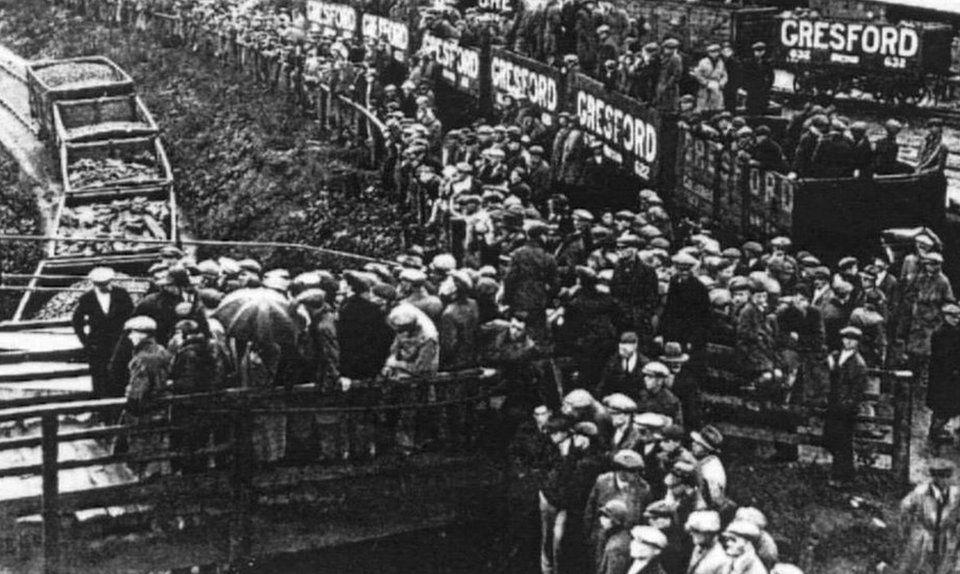 Y dorf yn disgwyl am newyddion wedi'r ffrwydrad ar 22 Medi, 1934 / The crowd waiting for news after the explosion on 22 September, 1934