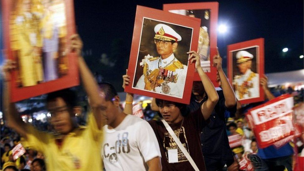 Pro-democracy demonstrators hold portraits of Thailand's King Bhumibol Adulyadej and Queen Sirikit during a rally held 14 June 2007 in Bangkok to protest against the military-backed government and to call for the return of Thailand's ousted prime minister Thaksin Shinawatra