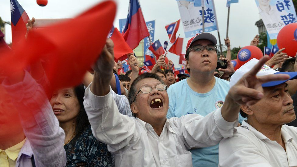 Supporters of mayoral candidate Ting Shou-chung from the opposition Kuomintang party attend a campaign rally in Taipei on November 11, 2018