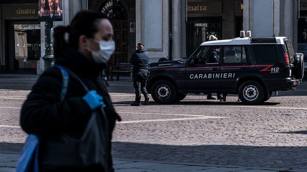 戴着面具在意大利的女人