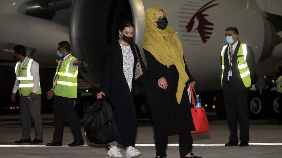 Afghanistan: First foreigners fly out of Kabul since US pull-out