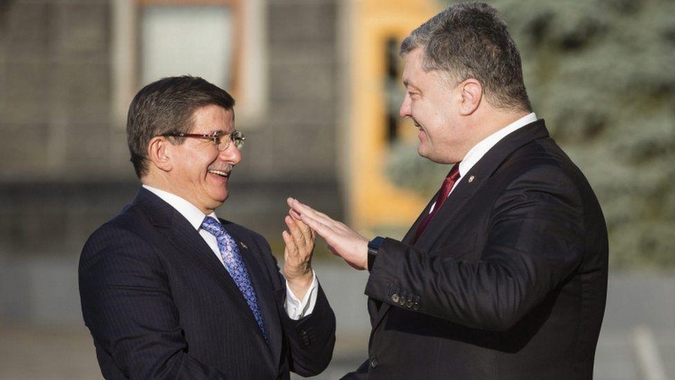 Ukrainian President Petro Poroshenko (R) welcomes Turkish Prime Minister Ahmet Davutoglu (L) during their meeting in Kiev