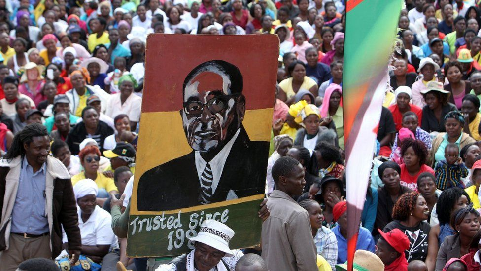 Mugabe supporters gather outside the Zanu-PF's headquarters in Harare (21 July 2016)