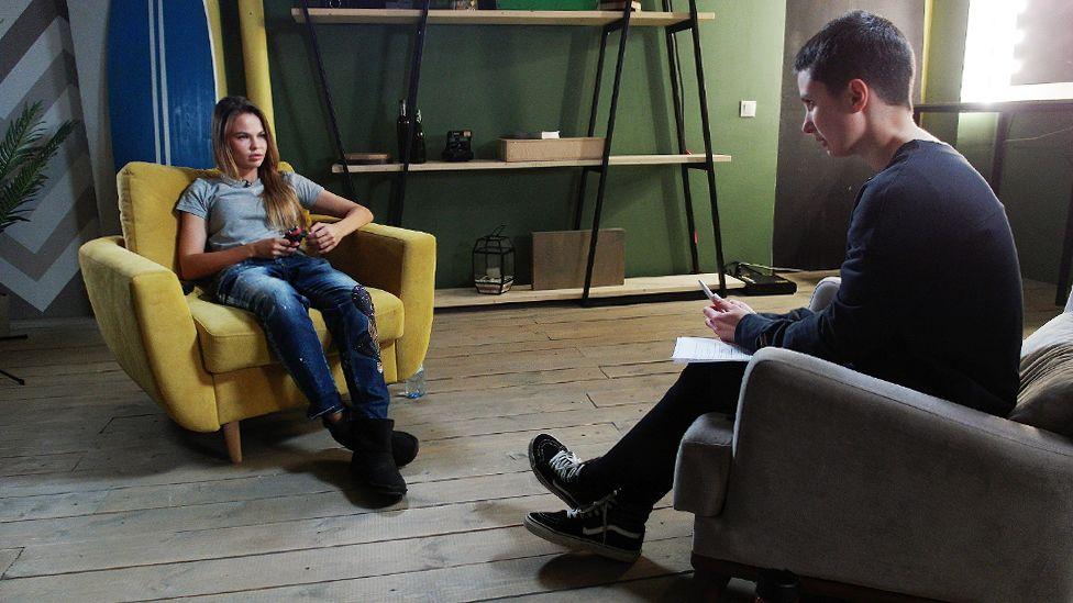 Настя Рыбка и корреспондент Би-би-си Наталия Зотова во время интервью
