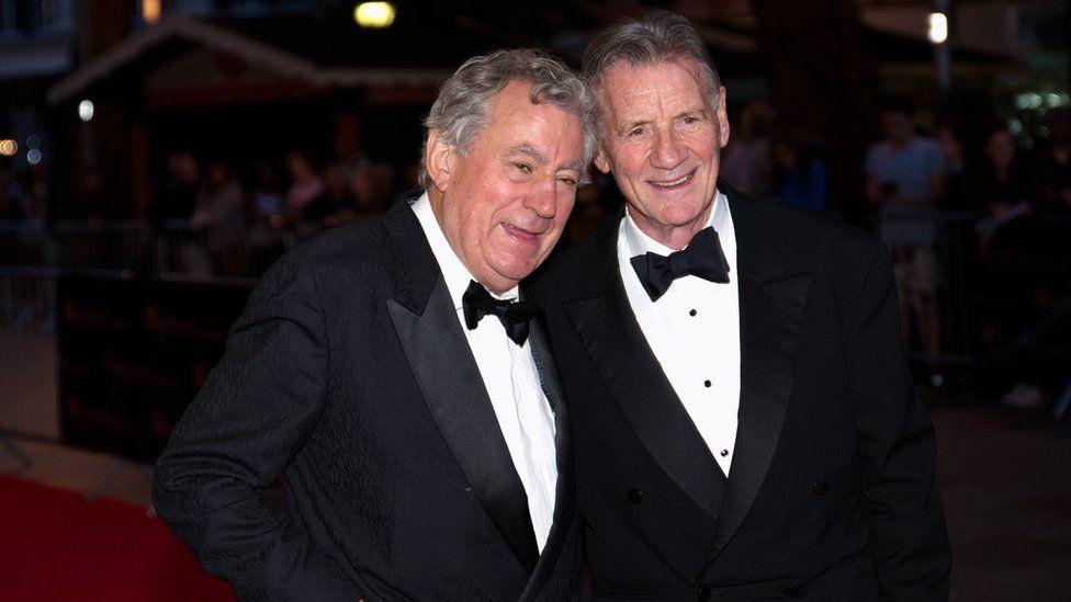 Derbyniodd Terry Jones wobr arbennig BAFTA gan Michael Palin, ei hen gyfaill o griw Monty Python.